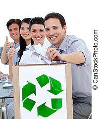 conceito, pessoas negócio, mostrando, reciclagem, jovem