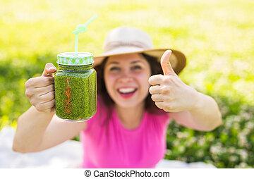 conceito, saudável, mostrando, cima, dieta, mulher jovem, verde, polegares, picnic., alimento, detox, smoothies, feliz