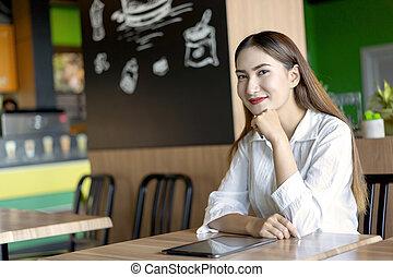 conceito, sentando, empresário, café, trendy, alfa, ou, proprietário, sorrindo, geração, tabuleta, negócio, lar, vida, asiático, trabalho, mulher, adolescente, retrato, jovem, estilo, cafe.
