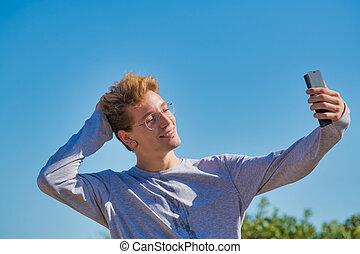 conceito, seu, telefone, foto, excêntrico, homem, mesmo, céu, cabelo, loura, vivendo, leva, saudável, esperto, célula, experiência., exercise.