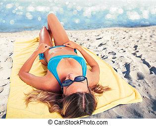 conceito, sunbathing, towel., verão, menina, praia