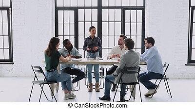 concentré, écoute, executive., femme, course, mélangé, ouvriers