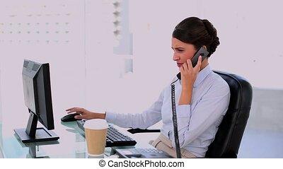 concentré, beau, businesswoma