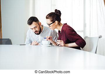 concentré, bureau, fonctionnement, businesspeople, ensemble, deux