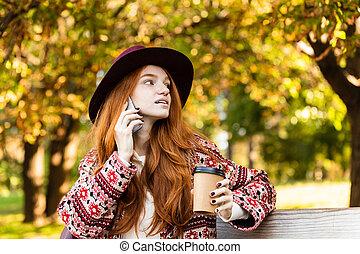 concentré, coffee., conversation, mobile, parc, jeune, automne, téléphone, étudiant, roux, boire, girl