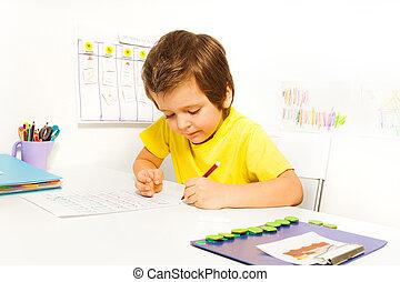 concentré, crayon, garçon, écrire, seul, petit