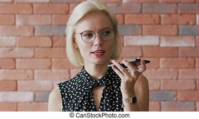 concentré, femme affaires, enregistrement, message