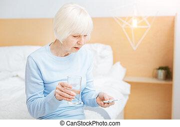 concentré, femme, prendre, verre, quoique, tenue, vieilli, pilules