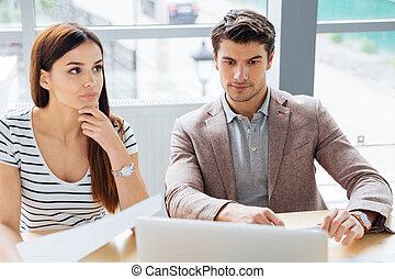 concentré, femme, songeur, bureau, fonctionnement, homme