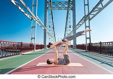 concentré, femme, yoga, couple, essayer, homme
