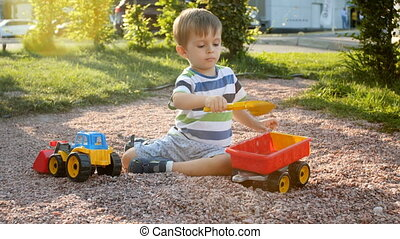 concentré, garçon, peu, tracteur, parc, vidéo, 4k, jouer, caravane, cour de récréation