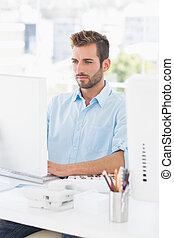 concentré, homme, utilisation ordinateur, dans, bureau