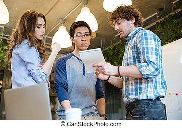 concentré, partage, Idées, sien, collègues, intelligent, homme