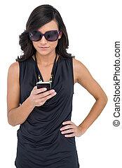 concentré, porter, brunette, lunettes soleil, texting, élégant