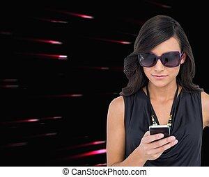 concentré, porter, brunette, lunettes soleil, texting