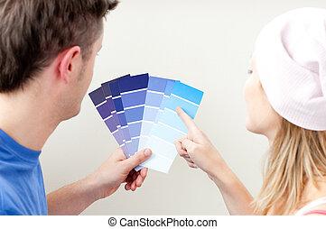 concentré, salle, couleur, couple, jeune, choisir
