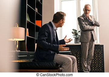 concentré, sien, patient, psychologue, écoute, personne agee, attentivement