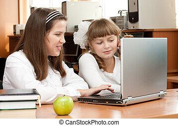concentré, tâche, deux, écolières, leur, cahier