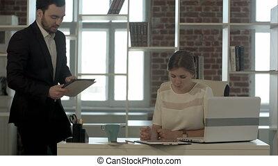 concentré, tablette, gens bureau, business, numérique, utilisation, réunion