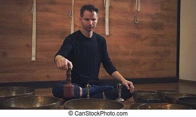 concentré, tibétain, jouer, bols, homme
