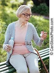 concentré, vieillissement, tenue femme, bouteille, dehors, pilules