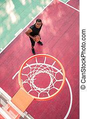 concentrado, africano, jugador de baloncesto, practicar