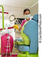 concentrado, aplicando, escuro-haired, instrumentos, dental, odontólogo, femininas, sério