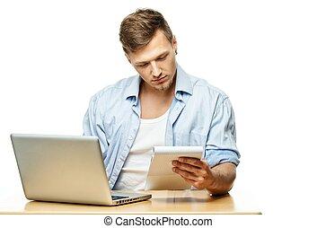 concentrado, computador portatil, joven, aislado, atrás,...