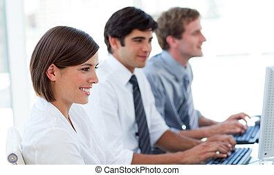 concentrado, computadoras, trabajando, empresarios