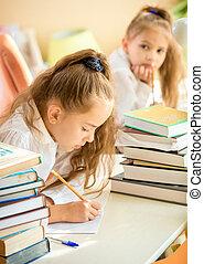 concentrado, escreva, enquanto, colega, menina, tentando, dever casa