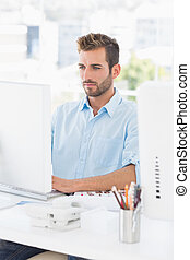 concentrado, hombre, usar ordenador, en, oficina