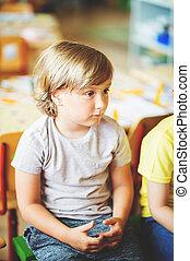 concentrado, menino, 5-6, antigas, sala aula, ano