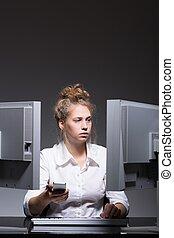 concentrado, mujer, trabajador