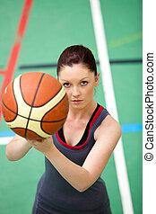 concentrado, mulher, jovem, basket-ball, retrato, tocando