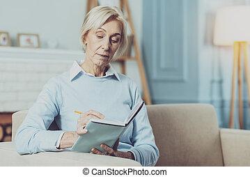 concentrado, mulher, sendo, profundo, sênior, pensamentos
