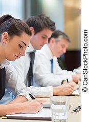 concentrado, tomar notas, empresarios