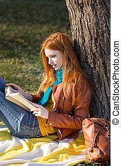 concentrati, albero, libro, sotto, lettura ragazza, far male