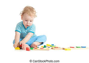concentrati, gioco bambino, logico, educazione, giocattoli, con, grande, interesse, bianco, fondo