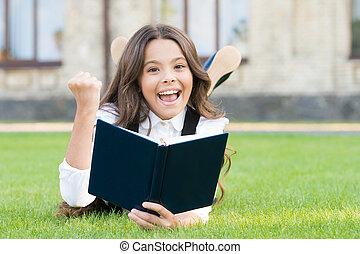 concept., ユニフォーム, 読書, かわいい, 学校, extracurricular, 卵を生む, book., 愛らしい, わずかしか, 本, 子供, 芝生, education., 小さい, お気に入り, 基本, reading., 女の子, outdoors., 学びなさい, 女生徒, 勉強