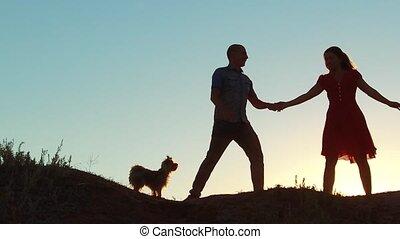concept, amour, famille, vidéo, girl, lent, silhouette, danse, jeune, dehors, heureux, unidentifiable, couple, salsa, video., homme, style de vie, mariés, chien, mouvement, amitié, sunset.