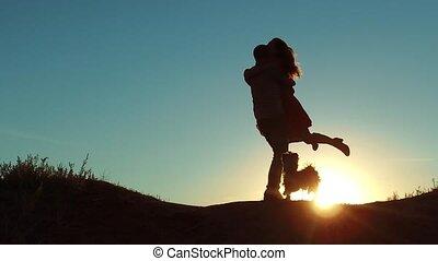 concept, amour, torsions, romance, vidéo, girl, autour de, him., lent, silhouette, chouchou, lumière soleil, silhouette., à côté de, autre, étreint, femme, nouveaux mariés, couple, courant, video., homme, style de vie, chien, mouvement, chaque, rencontrer, vers