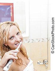 concept., dentale hygiëne, badkamer, afborstelen, haar, vrouw, elektrische toothbrush, middelbare leeftijd , kaukasisch, teeth, moderne