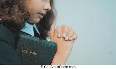 concept, espoir, girl, prier, bible., peu, elle, catholicisme, paix, enfants, religion, rêves, sacré, saint, symbole., éducation, hands., foi, bible, style de vie, prie