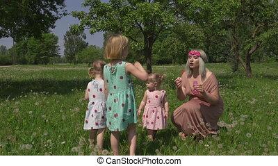 concept, famille, -, blond, qualité, hippie, elle, filles, jeune, impression, savon, filles, souffler, mère, parc, usure, bébé, bulles, fraise, valeurs, robes, temps, semblable, avoir