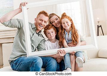 concept, famille, grand, cadre, regarder travers, ensemble, roux, portrait, blanc, heureux