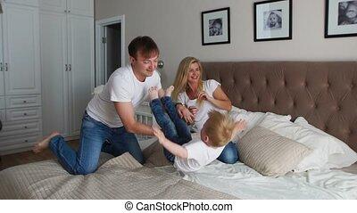 concept, famille, père, étreindre, ensemble, elle, dépenser, famille, -, chatouiller, parents, home., maman heureuse, enfant, child., gens, lit, temps matin, amusement, jouer, heure coucher