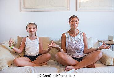 concept, fille, elle, relâcher, sofa, yoga., mère, sourire, méditation