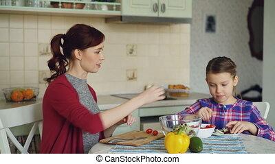 concept, fille, salade, gens, maison, légumes, famille, jeune, ensemble, gai, découpage, cuisine, mère, parler., heureux, cuisinier, cuisine