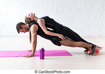 concept, formation, femme, gymnase, pose, dos, augmente, lifestyle., collaboration, fitness, poussée, maison, sport, ou, homme