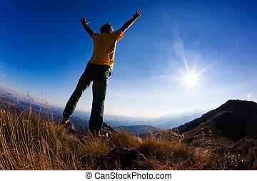 concept:, freedom., a, 人間が立つ, ∥において∥, 山の 上, ∥で∥, 腕を 開けなさい, セット, に対して, a, 美しい, sunset.